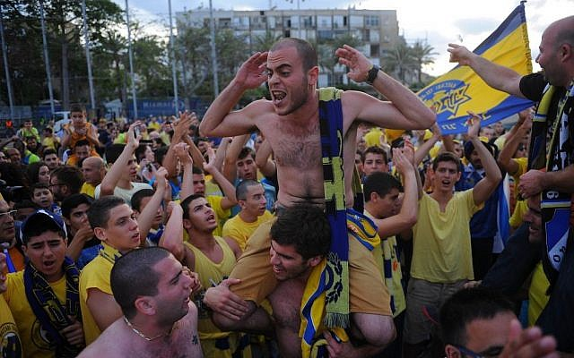 Thousands of Maccabi Tel Aviv basketball fans celebrate the basketball team's arrival at Rabin Square in Tel Aviv on May 19, 2014 after the Israeli team won the Euroleague Finals, beating Real Madrid with a score of 98-86. (photo credit: Flash90)
