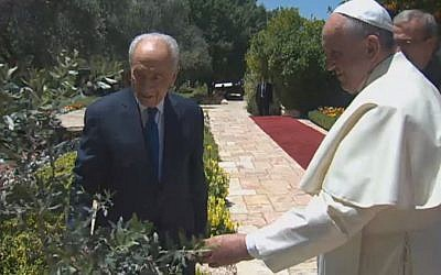 President Peres hosts Pope Francis during the pontiff's May 2014 visit to Jerusalem. (Screen capture: GPO)