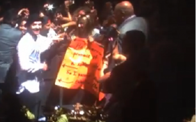 Justin Timberlake standing with Eliran and Ilana Algozi after they held up a sign that said Eliran promised her a proposal if the pop star would take a picture with them. (screen capture: YouTube)