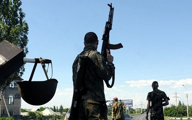 Armed pro-Russian militants in the eastern Ukrainian city of Artemovsk on June 6, 2014 (Photo credit: Viktor Drachev/AFP)