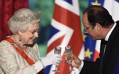 Britain's Queen Elizabeth II toasts with French President Francois Hollande at a state dinner at the Elysee presidential palace in Paris, on June 6, 2014, following the international D-Day commemoration ceremonies in Normandy, marking the 70th anniversary of the World War II Allied landings in Normandy.  (photo credit: Eric Feferberg/AFP)