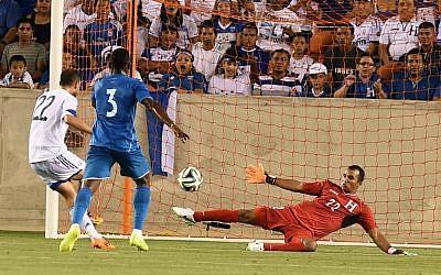 Israel's Omar Damari (L) kicks the ball past Honduras goalkeeper Donis Izaguirre Escober (R) during their World Cup preparation match at the BBVA Compass Stadium in Houston, Texas, on June 1, 2014 (photo credit: AFP/Jewel Samad)