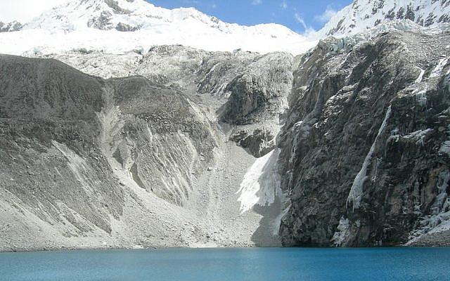 High mountain lake Laguna 69 in the Peruvian Andes (CC BY SA Léo Guellec/Flickr)
