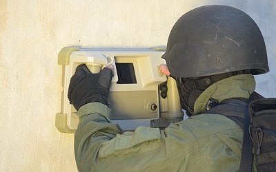 A soldier uses the Camero-Tech system to 'see' through a wall. (photo credit: Courtesy)