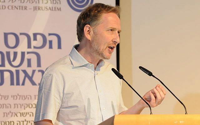 David Horovitz speaks at the B'nai B'rith awards ceremony, June 2014 (photo credit: Bruno Charbit / Courtesy B'nai B'rith)