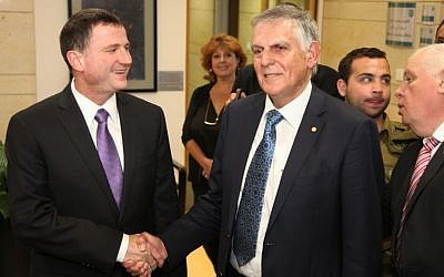 Dan Shechtman speaks to Knesset Speaker Yuli Edelstein after handing in his candidacy  for the presidency on May 27, 2014. Photo credit: Issac Harari/Knesset Spokesperson/Flash90)