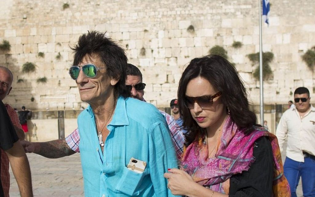 Ronnie Wood, guitarist for The Rolling Stones, visits the Western Wall before the band's 2014 concert in Tel Aviv. (Yonatan Sindel/Flash 90)
