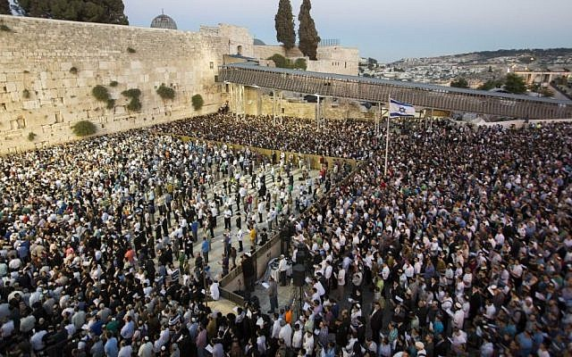 Thousands gather for a mass prayer for the release of three kidnapped Jewish teenagers, at the Western Wall in Jerusalem's Old City on June 15, 2014. (photo credit: Yonatan Sindel/Flash90)