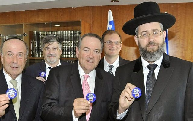 Former Arkansas governor Mike Huckabee, center, with Chief Rabbi David Lau in Jerusalem, June 23, 2014 (photo credit:  Itsik Nisim)