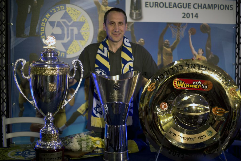 Maccabi Tel Aviv s former head coach David Blatt poses for photographers  with the Israeli cup 28464b329