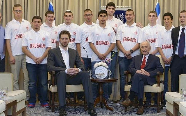 President Shimon Peres hosts Pau Gasol and a group of young Arab and Jewish Jerusalem basketball players, June 1, 2014 (photo credit: Mark Neiman/GPO)