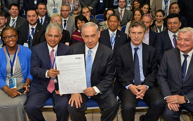 Israeli Prime Minister Benjamin Netanyahu meets with mayors from cities all over the world, at the 29th International Mayor Conference, on June 18, 2014 (photo credit: Haim Zach / GPO/Flash90)