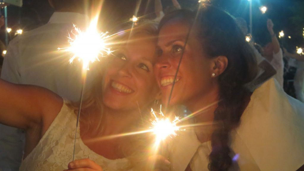 Two diners with sparklers. (photo credit: Alexi Rosenfeld)