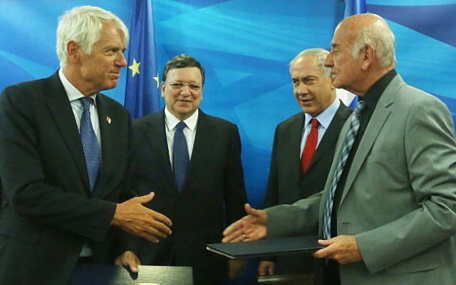 Prime Minister Benjamin Netanyahu (C-R) and Science, Technology and Space Minister, Yaakov Peri (R), seen in a meeting with President of the European Commission, Jose Manuel Barroso (C-L), signing an agreement for Israel to participate in the European Horizon 2020 program, Jerusalem on June 8, 2014. (photo credit: Marc Israel Sellem/POOL/Flash90)