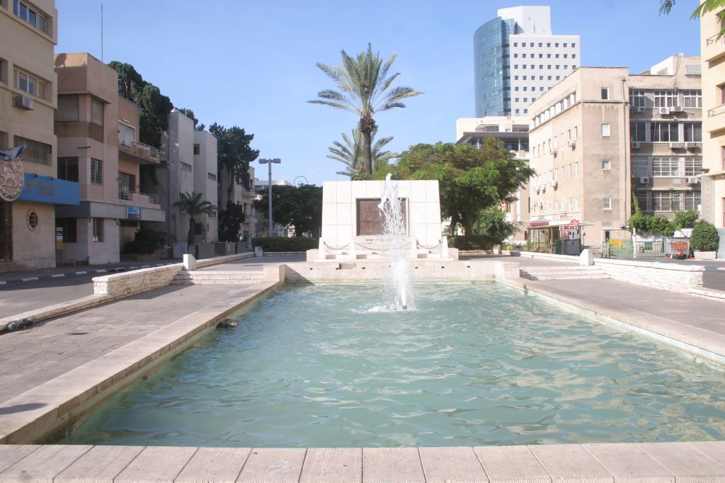 Founders' Monument, Rothschild Boulevard (Photo credit: Shmuel Bar-Am)
