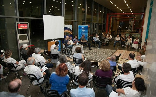 Film director Rani Blair speaking to a crowd at the Tel Aviv municipality's first Shavuot night learning program, hosted in conjunction with Beit Tefilah Israeli, a liberal Friday night prayer group. (Courtesy Tel Aviv Municipality)