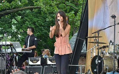 Selena Gomez (photo credit: CC BY CA dephisticate, Wikipedia)