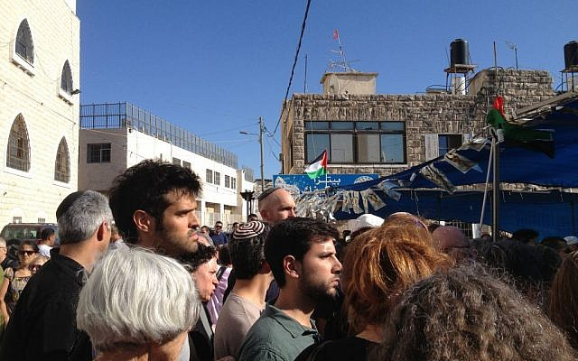 Israeli visitors stand in line to console the Abu Khdeir family, Jerusalem, July 8, 2014 (photo credit: Elhanan Miller/Times of Israel)