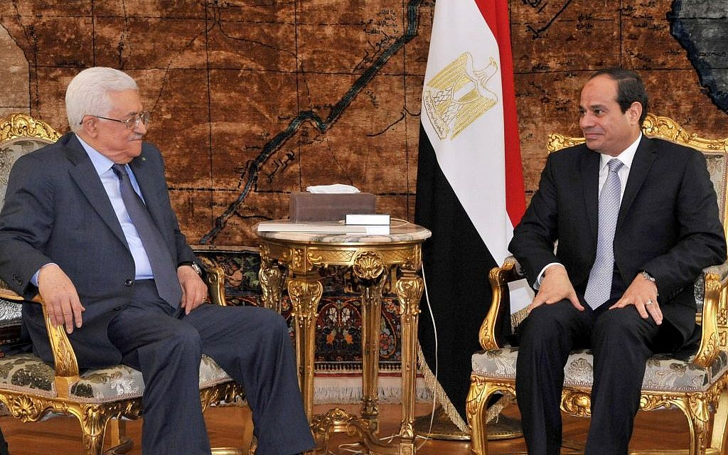 Palestinian President Mahmoud Abbas, left, meets with Egyptian President Abdel-Fattah el-Sissi in Cairo, Egypt, Thursday, July 17, 2014 (AP/MENA)