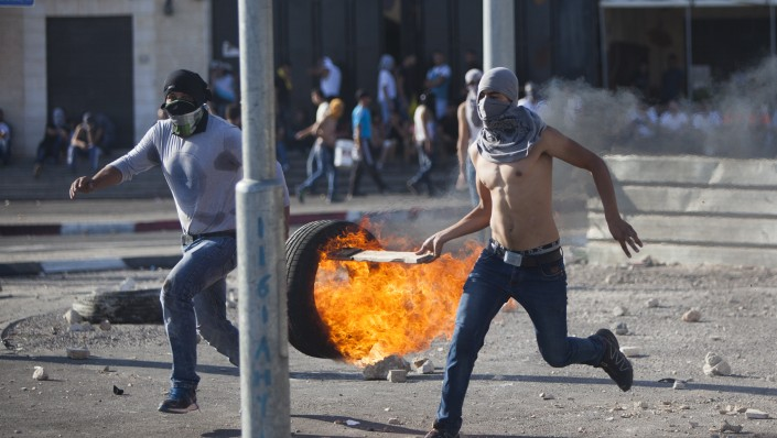Palestinians clash with Israeli border police during the funeral of 16-year-old Palestinian teenager Mohamed Abu Khdeir in the Arab neighborhood of Shuafat, East Jerusalem on July 04, 2014.  (Photo credit: Yonatan Sindel/Flash90)