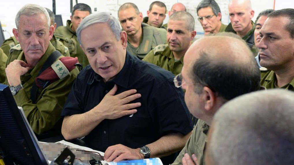 Prime Minister Benjamin Netanyahu with Defense Minister Moshe Ya'alon (R) and IDF Chief of Staff Benny Gantz (L) at the Command and Control Center of the 162nd Armored Division in southern Israel, July 21, 2014. (Kobi Gideon/GPO/Flash90)