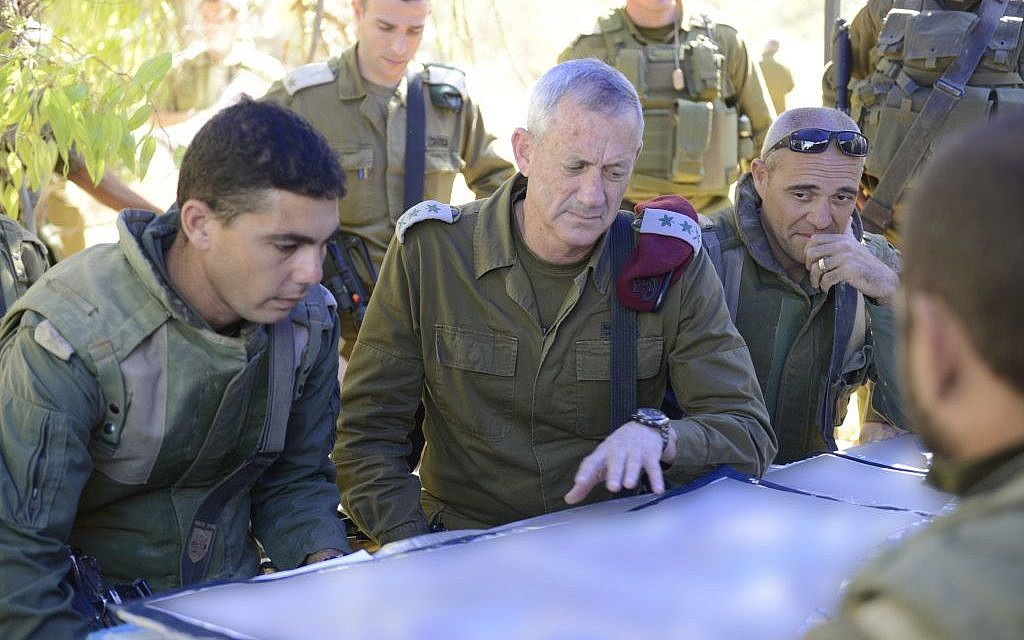 IDF Chief of Staff Benny Gantz visits near the border with the Gaza Strip, on July 26, 2014. (IDF Spokesperson/Flash90)