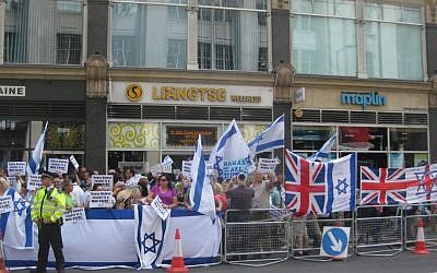 London's pro-Israel rally opposite the Israeli embassy, Sunday, July 20, 2014. (Jennifer Lipman/The Times of Israel)