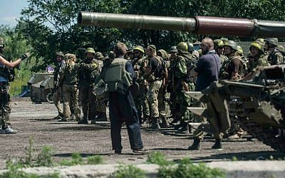 Ukrainian troops stand at a checkpoint near Slovyansk, eastern Ukraine, Saturday, July 5, 2014. (AP Photo/Evgeniy Maloletka)