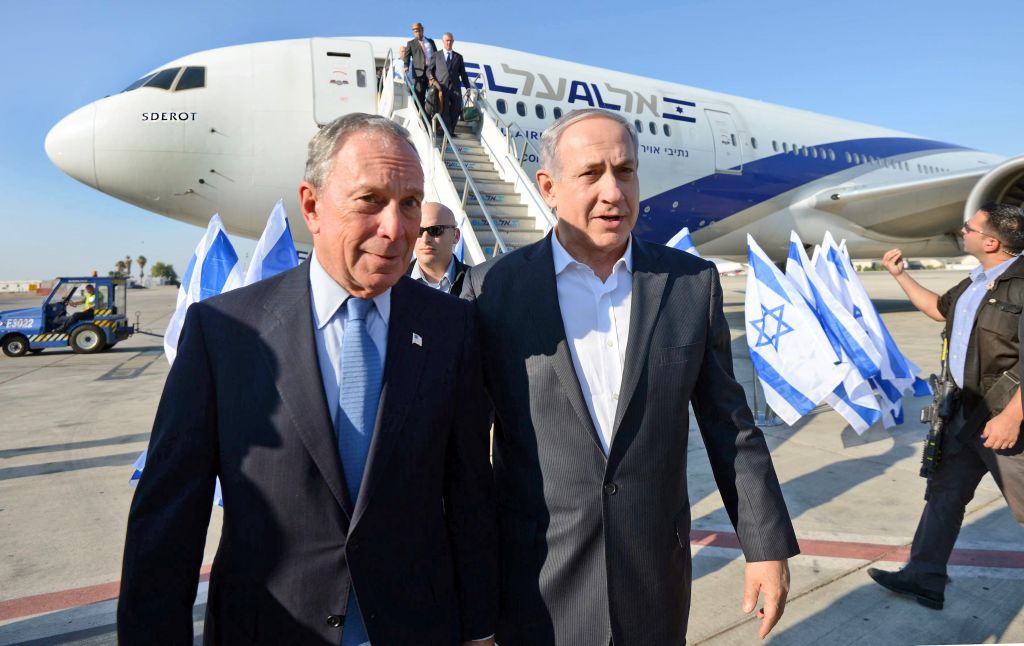 Former mayor of New York City, Michael Bloomberg (L), seen with Israeli Prime Minister Benjamin Netanyahu, as Bloomberg arrives in Israel on July 23, 2014.  (photo credit: Haim Zach/GPO/Flash 90)