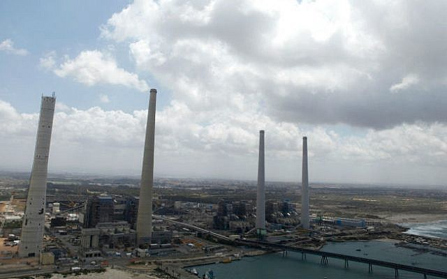 The Hadera coast line with the largely coal-fired Orot Rabin power plant, April 16, 2013. (Flash90)