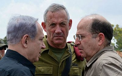 Prime Minister Benjamin Netanyahu (left) meets with then-IDF chief of staff Benny Gantz (center) and Defense Minister Moshe Yaalon (right) in southern Israel on July 21, 2014. (Kobi Gideon/GPO/Flash90)