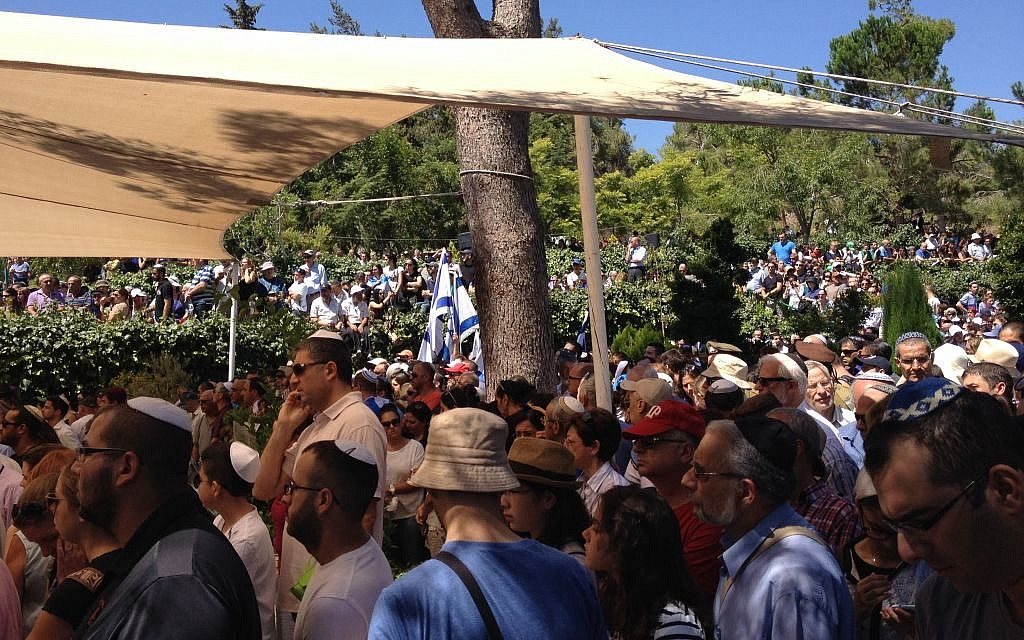 Mourners at the funeral for Max Steinberg in Jerusalem Wednesday, July 23, 2014. (photo credit: Jessica Steinberg/Times of Israel)