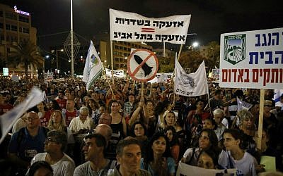 Israelis gather during a protest calling on the government and the army to end Palestinian rocket attacks from Gaza once and for all, Tel Aviv  August 14, 2014. (photo credit: AFP/GALI TIBBON)