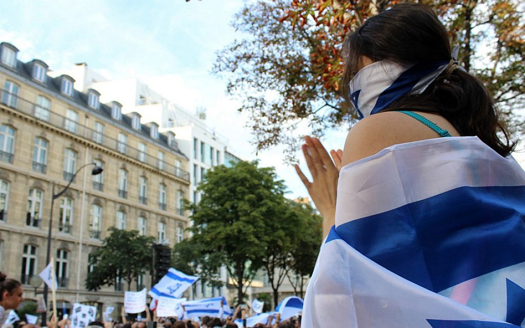 The pro-Israel rally in front of the Paris Israeli embassy on July 31, 2014. (Glenn Cloarec/The Times of Israel)