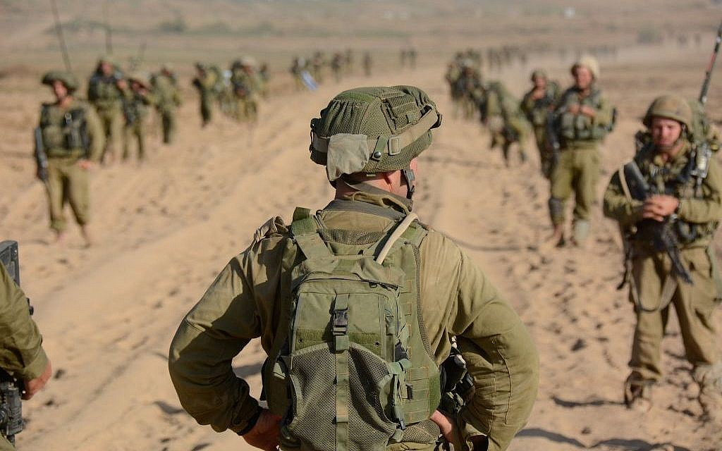 Illustrative: An officer preparing to lead troops into Gaza, August 2014. (IDF Spokesperson's Unit/Flickr)