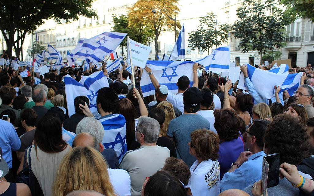 The pro-Israel rally drew some 6,000 demonstrators in front of the Israeli embassy on July 31, 2014. (Glenn Cloarec/The Times of Israel)