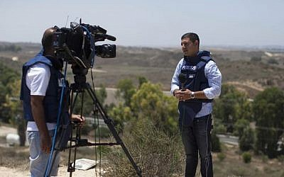 A foreign journalist broadcasting from the Israel-Gaza border, July 9, 2014. (Yonatan Sindel/Flash90)