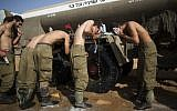 Israeli soldiers take a shower at a deployment area near the border with the Gaza Strip on August 2, 2014. (Yonatan Sindel/Flash90)