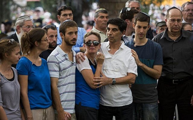 The family of Hadar Goldin at his funeral Sunday August 3, 2014. (photo credit: Yonatan Sindel/Flash90)