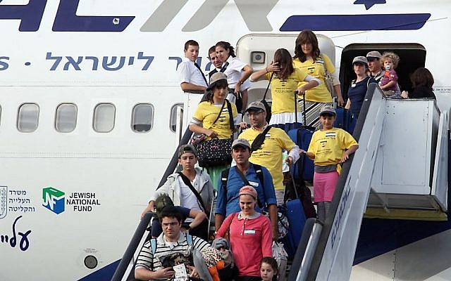 Some of more than 300 new immigrants from USA and Canada arrive at Ben Gurion Airport, August 12, 2014 (Photo credit: Gideon Markowicz/FLASH90)