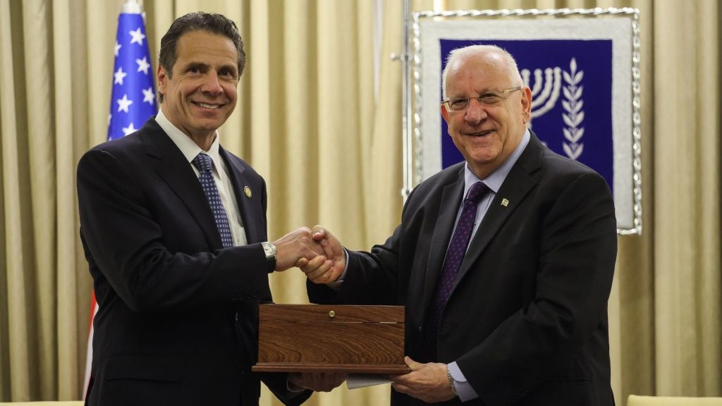 President Reuven Rivlin (R) meets with New York Governor Andrew Mark Cuomo at the presidential residence in Jerusalem, Wednesday, August 13, 2014. (photo credit: Flash90)