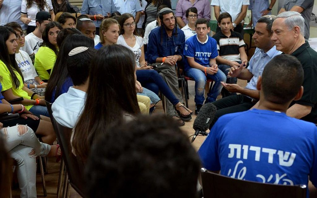Prime Minister Benjamin Netanyahu meets with young Israelis in Sderot, on August 18, 2014. (Photo credit: Amos Ben Gershom/GPO/FLASH90)