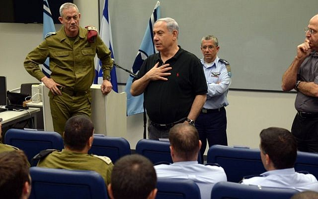 Prime Minister Benjamin Netanyahu, center, Defense Minister Moshe Yaalon, right, and IDF Chief of Staff Benny Gantz visit the Hatzor air force base on August 27, 2014. (Photo credit: Haim Zach/GPO/Flash90)
