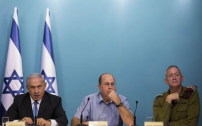 Prime Minister Benjamin Netanyahu (L), then-defense minister Moshe Ya'alon (C) and then-IDF chief of staff Benny Gantz (R), at a press conference in Jerusalem, August 27, 2014 (Yonatan Sindel/Flash90)
