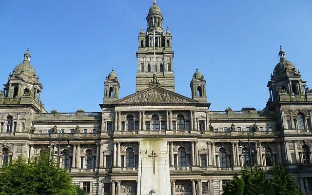 Glasgow City Chambers and War Memorial, which raised the Palestinian flag on August 5. (CC BY-SA, Kim Traynor, via Wikipedia)