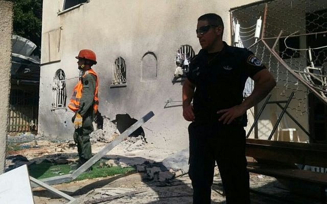 Police and emergency services at the site of the Ashdod synagogue hit by a Gaza rocket, August 22, 2014. (Photo credit: Israel Police)