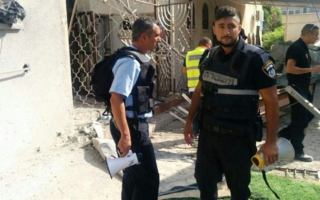 Israel Police forces at the scene of an Ashdod synagogue hit by a rocket from Gaza, August 22, 2014.  (Photo credit: Israel Police)