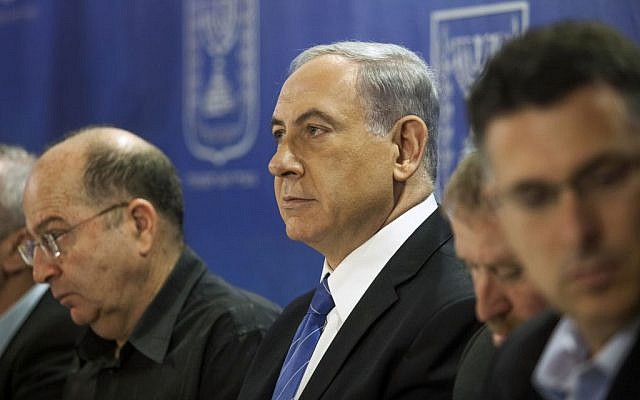 Defense Minister Moshe Ya'alon (left) and Prime Minister Benjamin Netanyahu at a cabinet meeting at the Defense Ministry in Tel Aviv,  July 31, 2014. (photo credit: AP/Dan Balilty, pool)