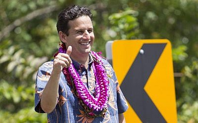 US Sen. Brian Schatz does some last minute campaigning near the polling place, Friday, Aug. 15, 2014 in Pahoa, Hawaii. (Photo credit: AP/Marco Garcia)