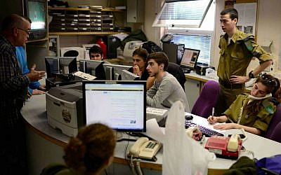 The newsroom of Army Radio, which contains both conscripted soldiers and civilians who work on its programming (Tomer Neuberg/Flash 90)